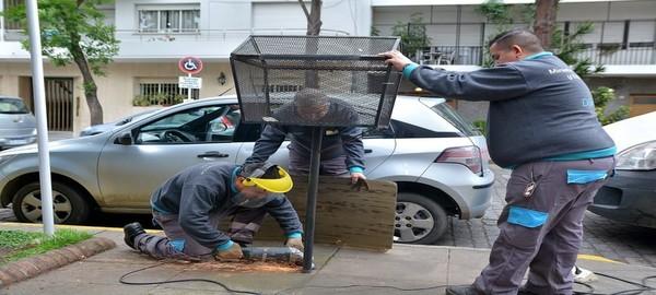 Retiran los antiguos canastos de basura de las veredas