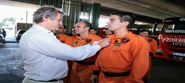 El jefe de Gabinete porteño Felipe Miguel entrego reconocimiento a los bomberos