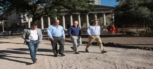 Continuan las obras de puesta en valor en la Plaza de Mayo