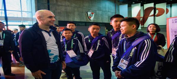 """Los niños Tailandeses """" Los Jabalies Salvajes"""" jugaron en River Plate"""